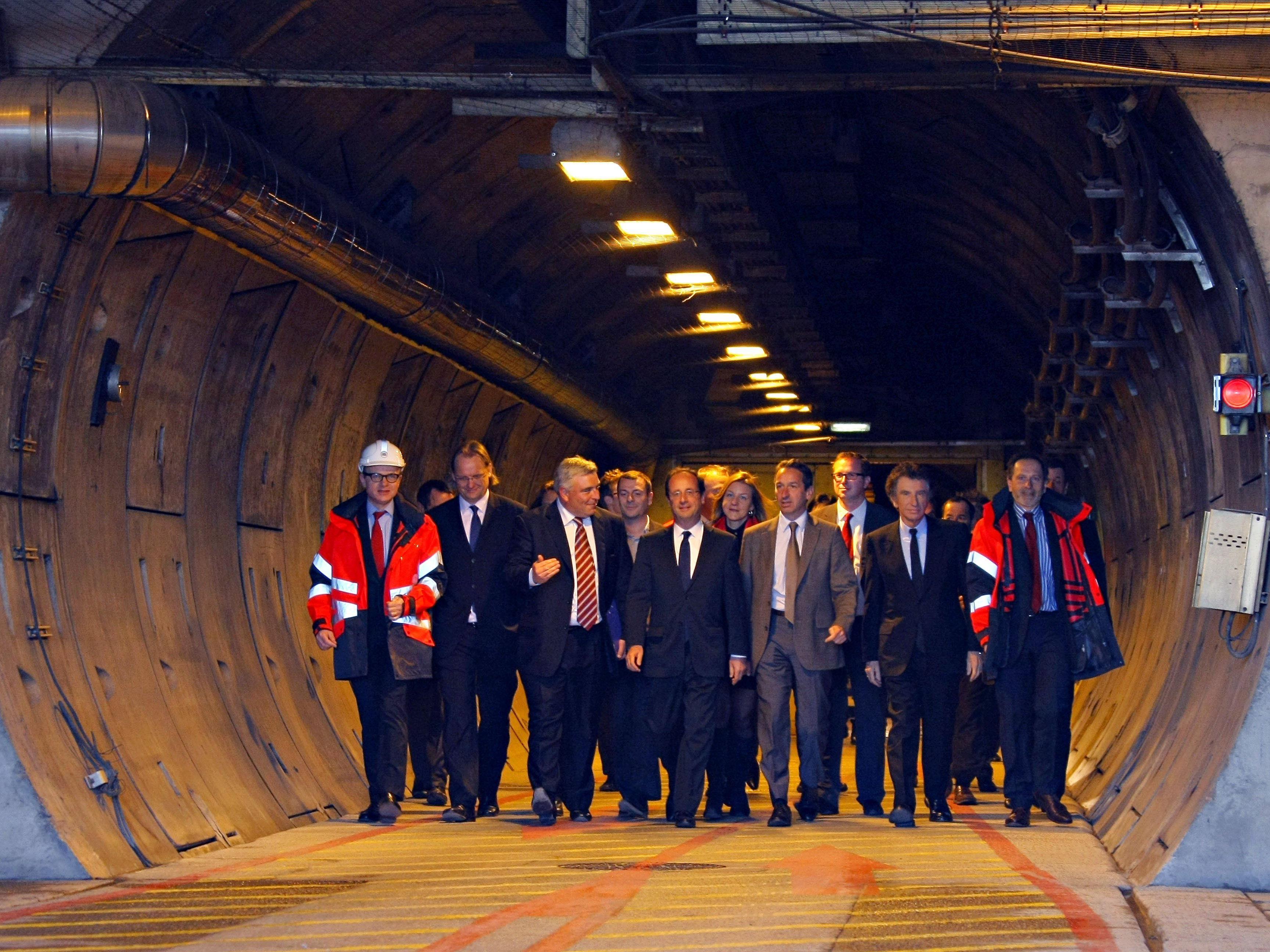 1994 - Der reguläre Passagierverkehr mit Zügen für Pkw und Motorräder durch den Eurotunnel wird aufgenommen.