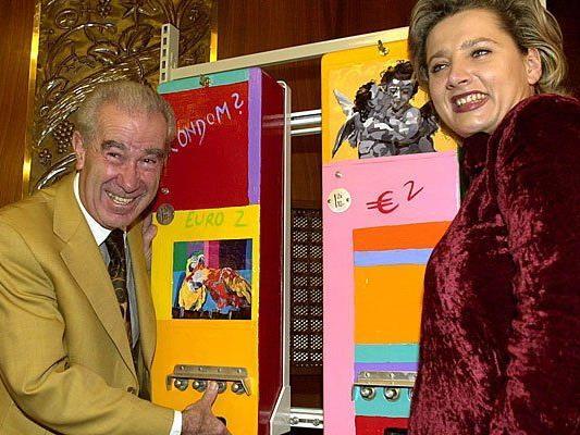 Der Wiener Automaten-Vertreiber Ferry Ebert und die Künstlerin Verena Rotterdam bei der Präsentation sogenannter sogenannte Kunst-Kultur-Kondom-Automaten am 23. November 2000 in Wien
