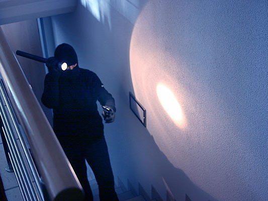 Ein Einbrecher überraschte einen schlafenden Mann zuhause
