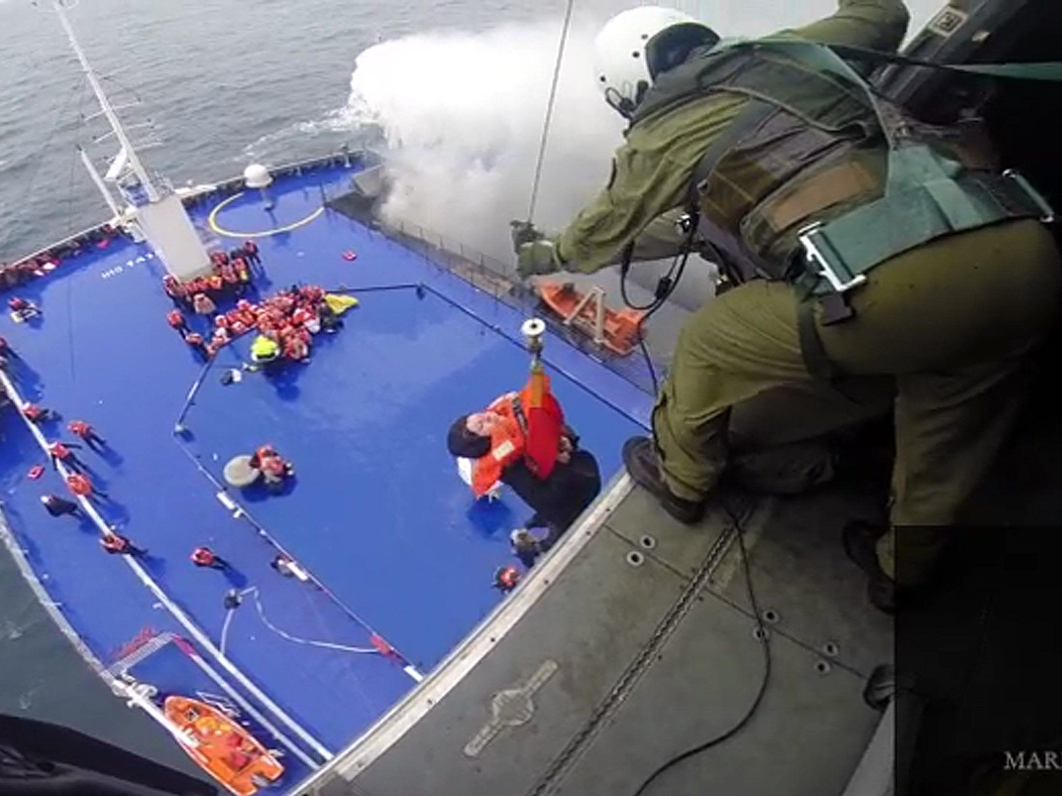49 Passagiere nach Italien unterwegs - Hunderte warten immer noch auf Rettung.