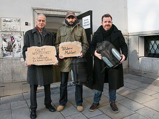 """(v.l.) Caritas-Präsident Michael Landau, ein """"Gruft""""-Gast und Schauspieler Cornelius Obonya vor der Gruft"""