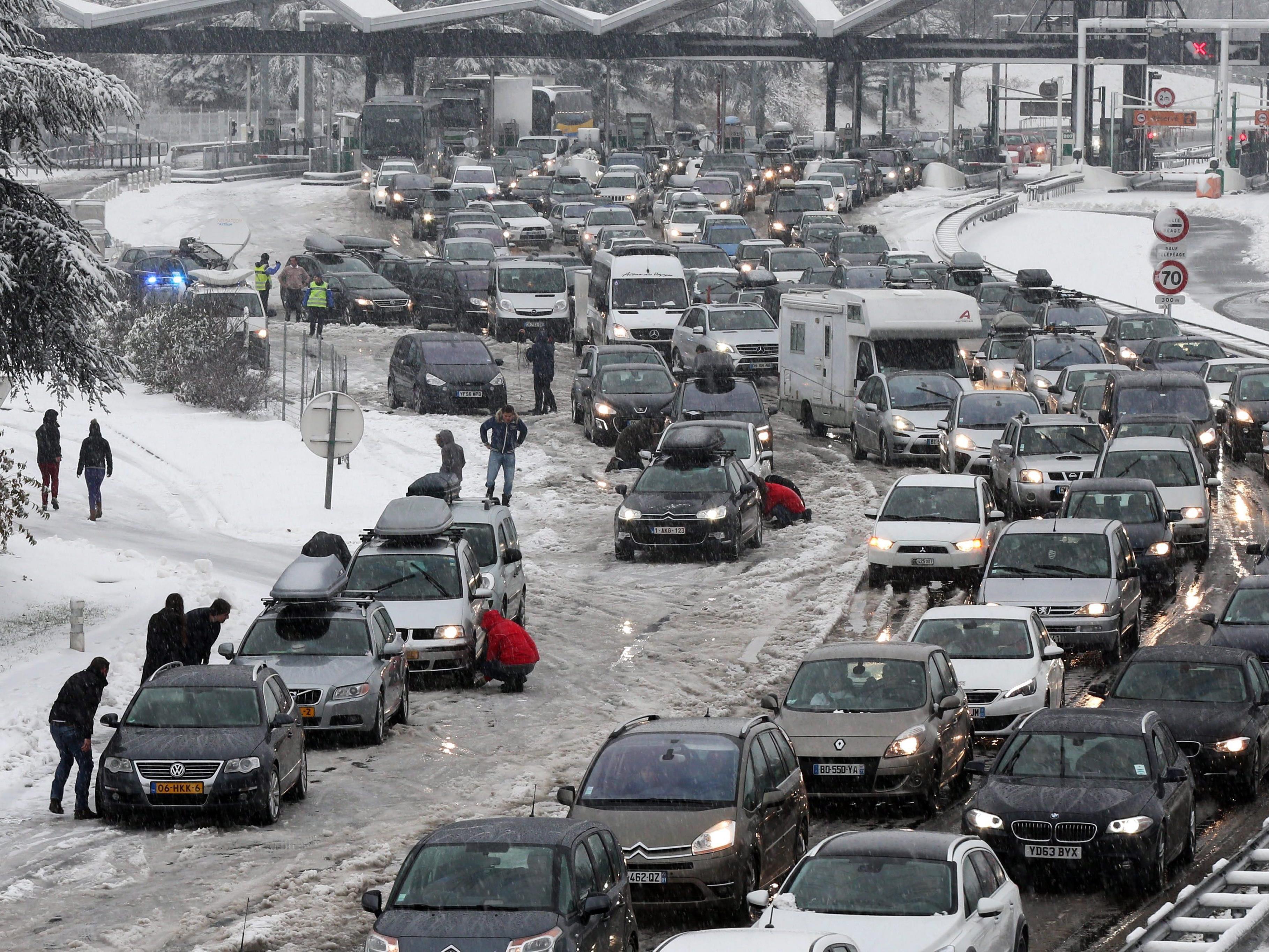 15.000 Urlauber saßen nach den starken Schneefällen in Frankreich fest.