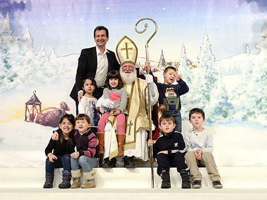 Stadtrat Christian Oxonitsch (l.), Kindergartenkinder und der Nikolo beim Nikolofest im Rathaus
