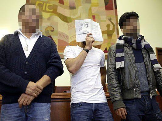 Beschuldigte auf der Anklagebank vor Beginn des Prozesses wegen Schlepperei am Landesgericht Wiener Neustadt