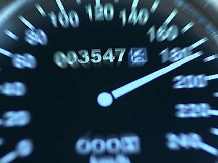 Viel zu schnell waren am Sonntag zwei Honda-Fahrer in Wien unterwegs.