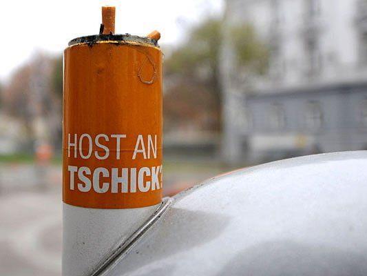 Gängiger Anblick in Wien: Ein Papierkorb mit integriertem Aschenrohr für Zigaretten