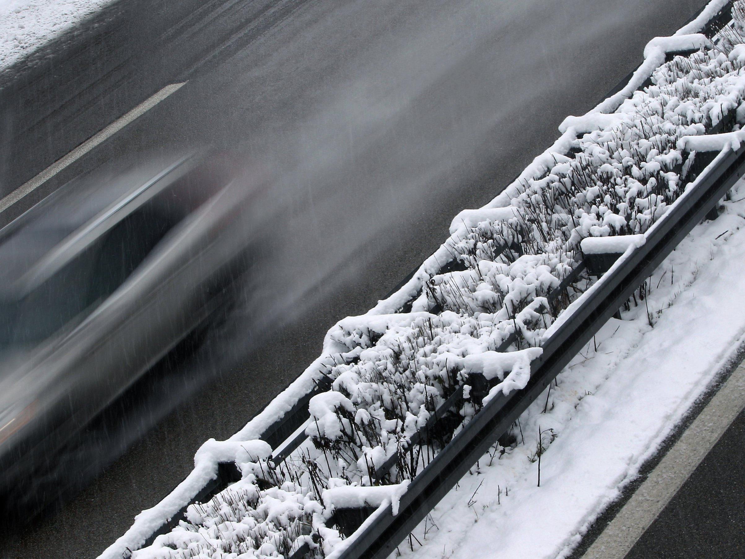 Gefährlicher Wintersport: Münchner lässt sich von Reisebus über A96 ziehen.
