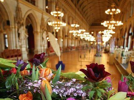 Für den Blumenball wird der Festsaal im Rathaus besonders festlich dekoriert.