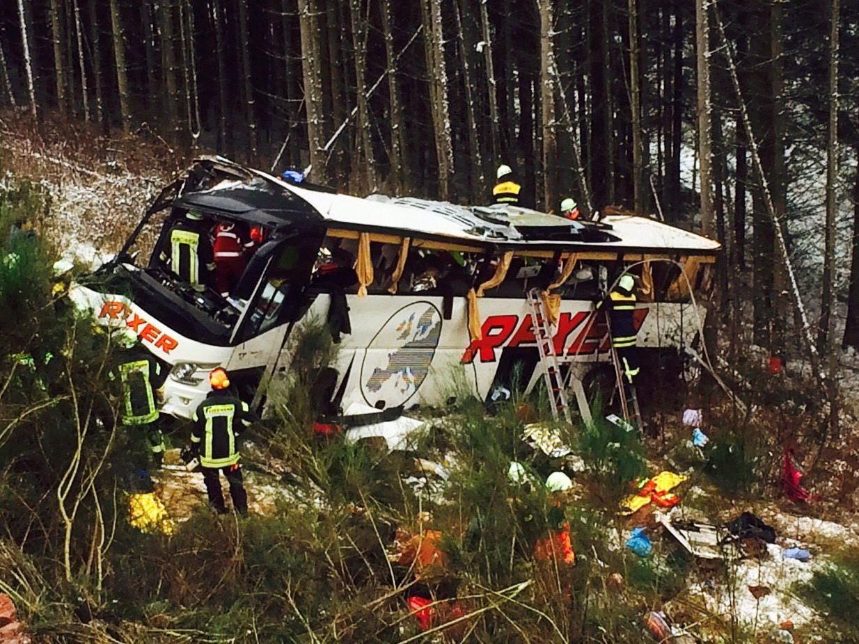 Bus stürzt in Osthessen Böschung hinunter: mindestens vier Tote.