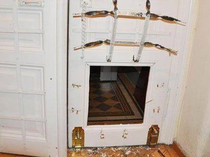 Um in die Wohnungen zu gelangen, schnitten die Männer Teile der Türen heraus.