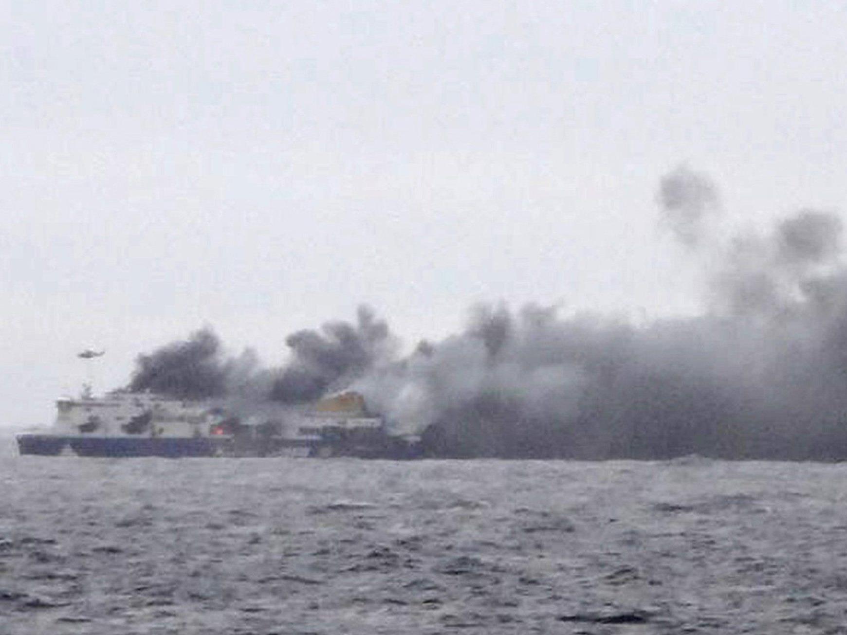 """Die brennende """"Norman Atlantic"""" von einem zur Rettung herbeigeilten Schiff aus fotografiert."""
