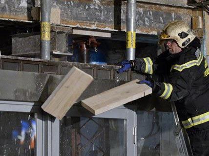 Die Feuerwehr versucht den Hauseinsturz im 10. Bezirk zu verhindern.