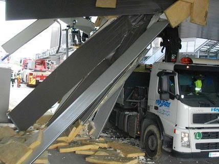 Das Fahrzeug riss Brückenteile und Verkehrsschilder zu Boden
