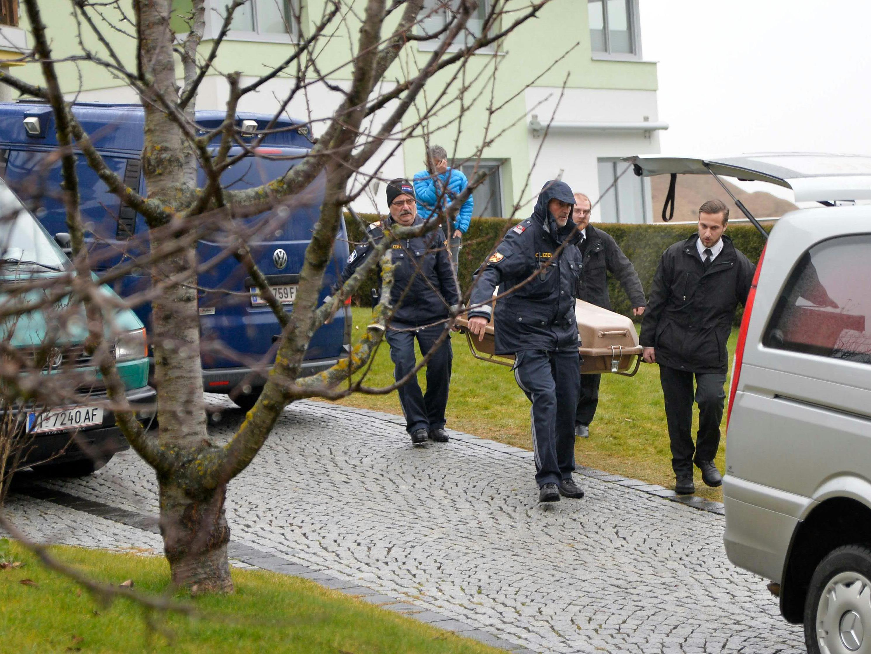 Polizisten tragen die Leiche des 39-Jährigen aus dem Haus.
