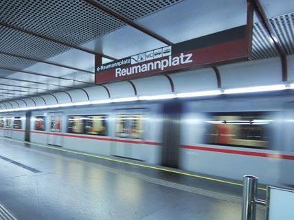 Ein Mann wurde bei einem Sturz auf die U-Bahngleise verletzt.