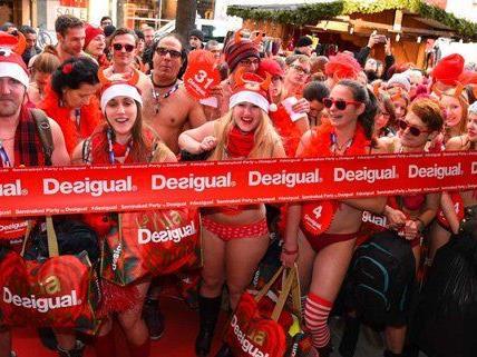 """Seminaked in Red""-Aktion bei Desigual in Wien."