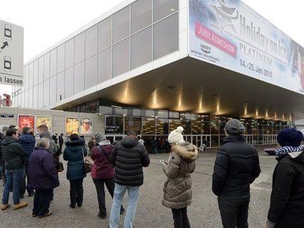 Stundenlang warteten die Song Contest-Fans vor der Stadthalle.