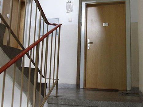 In einem Stiegenhaus in Liesing lag ein Schwerverletzter