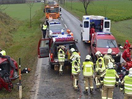 Feuerwehr, Rettung und Polizei waren an der Unfallstelle.