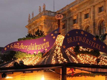 Am längsten hat das Weihnachtsdorf am Maria-Theresien-Platz geöffnet.