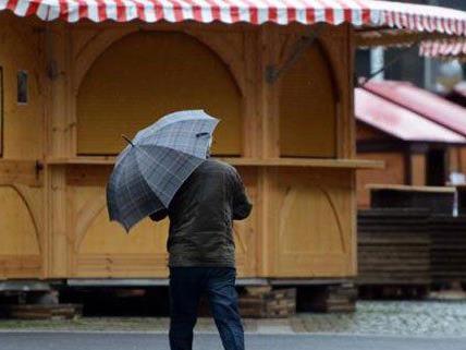 Für einen Weihnachtsmarktbesuch ist das Wetter nicht ideal.