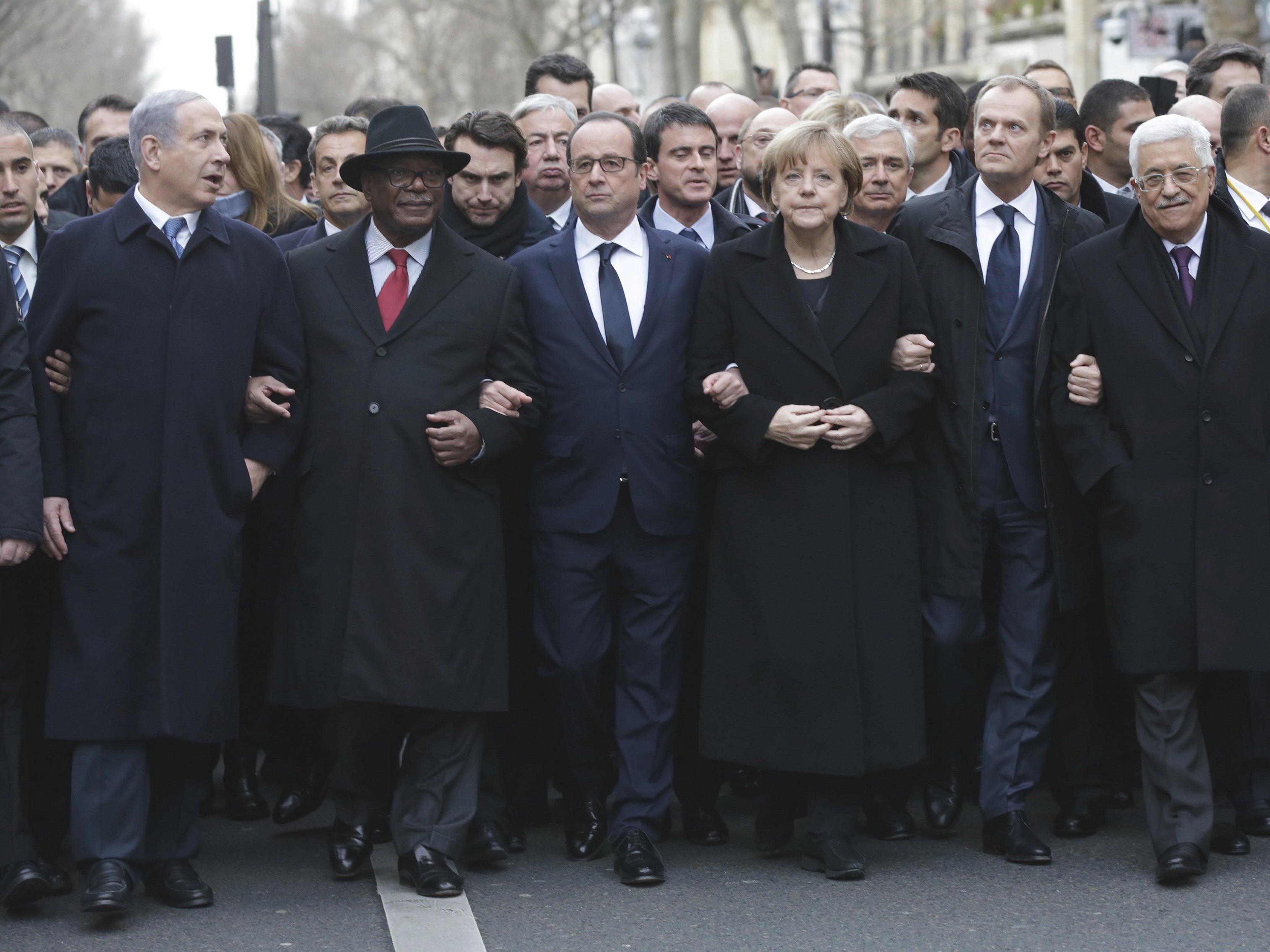 Nicolas Sarkozy in Reihe 2 zu Beginn des Trauermarschs.