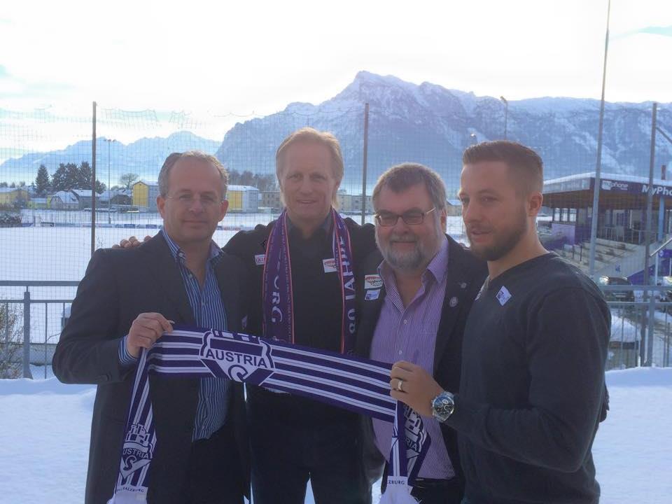 Andersen (zweiter v.li.) umringt von Sportdirektor Stöger, Obmann Windischbauer und Andreas Bammer (v.li.n.re.).
