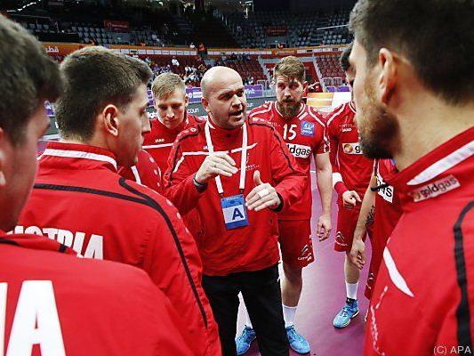 Teamchef Johannesson inmitten seiner Spieler