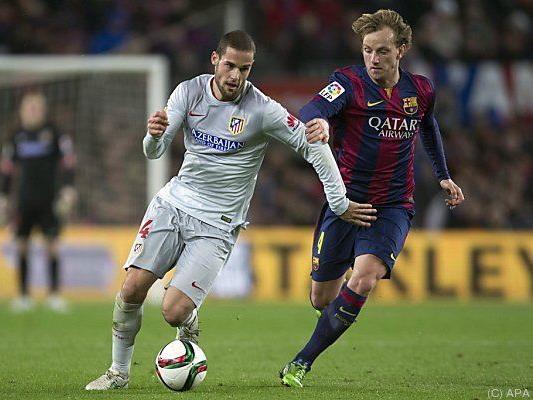 Barcelonas Ivan Rakitic (r.) gegen Mario Suarez