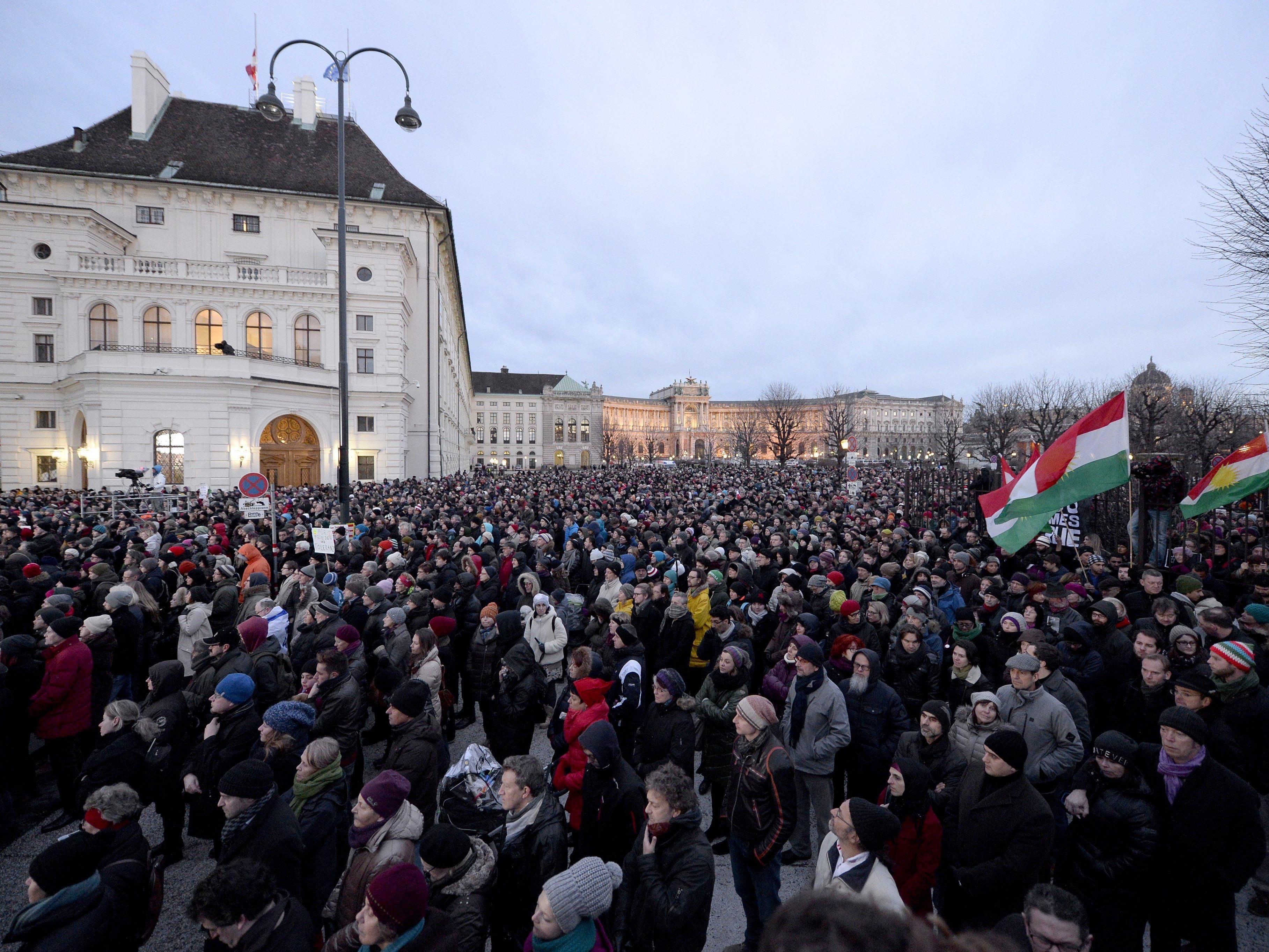 """In Wien gedenken tausende Menschen den Opfern des Anschlags auf """"Charlie Hebdo""""."""