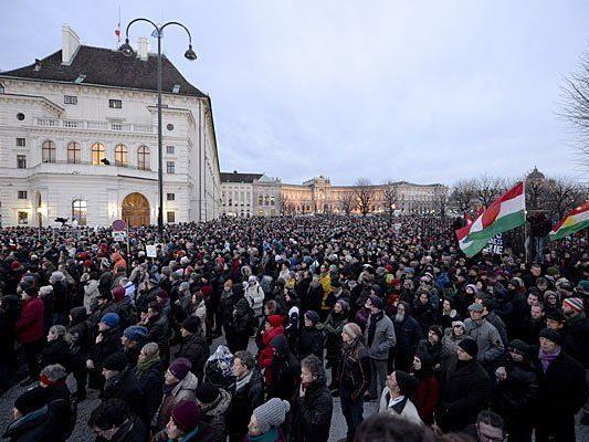 Bei der Gedenkfeier für die Opfer der Terroranschläge in Frankreich am Wiener Ballhausplatz am Sonntag
