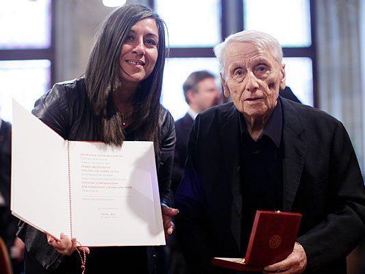 Vizebürgermeisterin Maria Vassilakou überreicht Architekt Harry Glück das Goldene Ehrenzeichen für Verdienste um das Land Wien