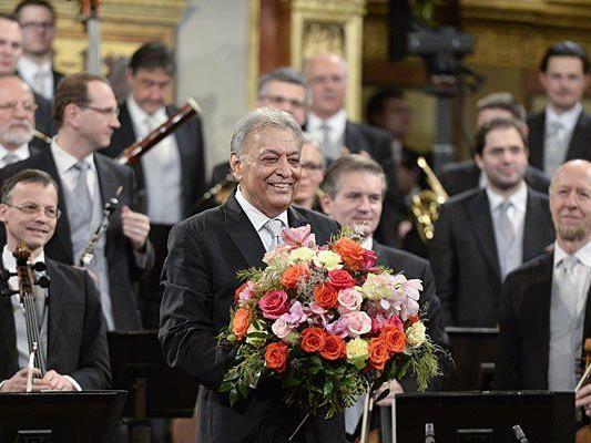 Dirigent Zubin Mehta (m.) und die Wiener Philharmoniker nach dem Neujahrskonzert 2015
