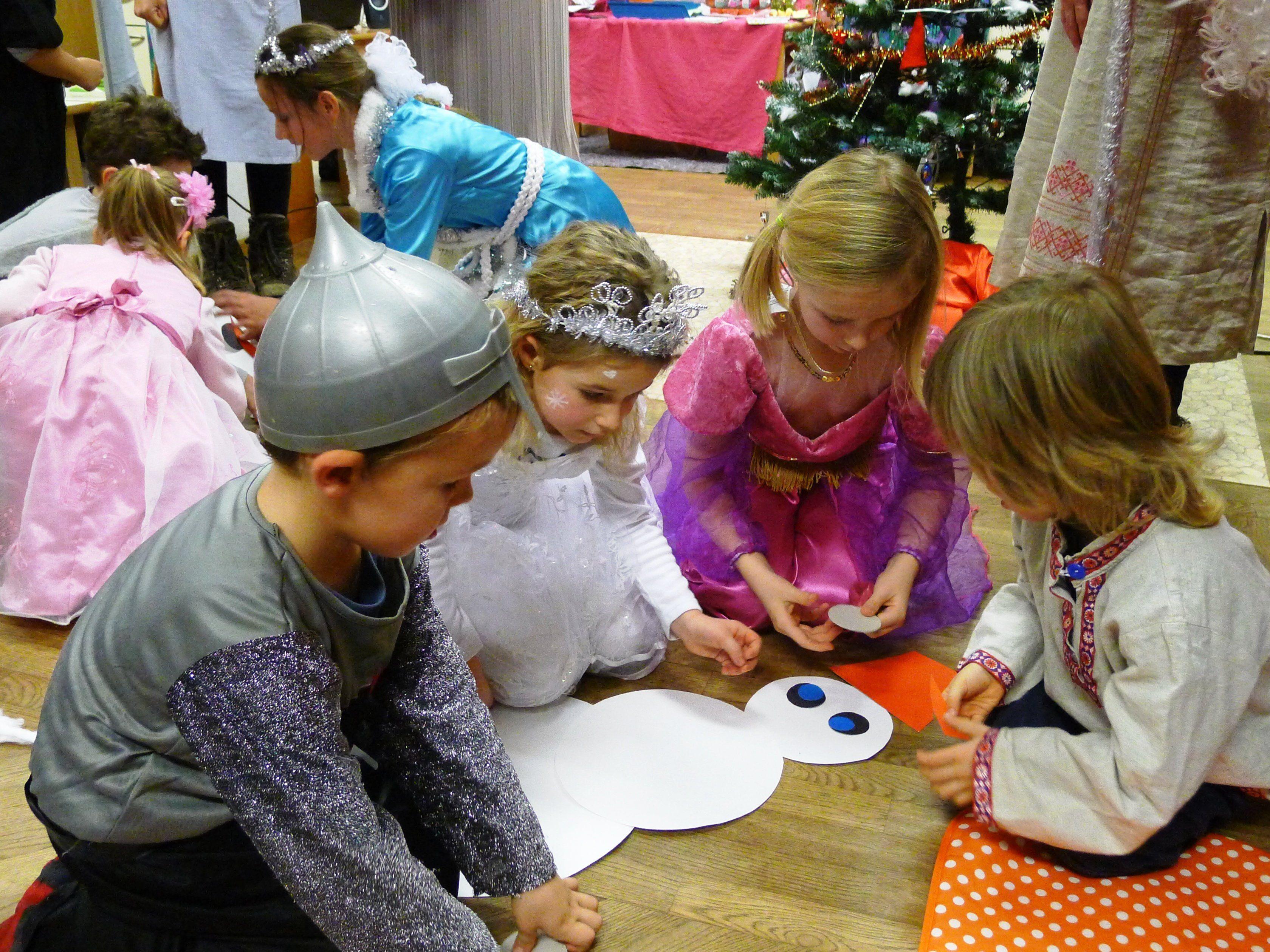Die Kinder aus russisch-deutschsprachigen Familien feiern ihre Bräuche spielerisch.
