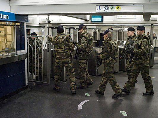 In Paris patrouillieren nach den Anschlägen Soldaten in der Métro