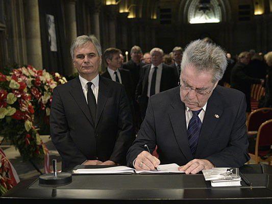 Bundeskanzler Werner Faymann und Bundespräsident Heinz Fischer im Rahmen der Verabschiedung von Udo Jürgens im Wiener Rathaus