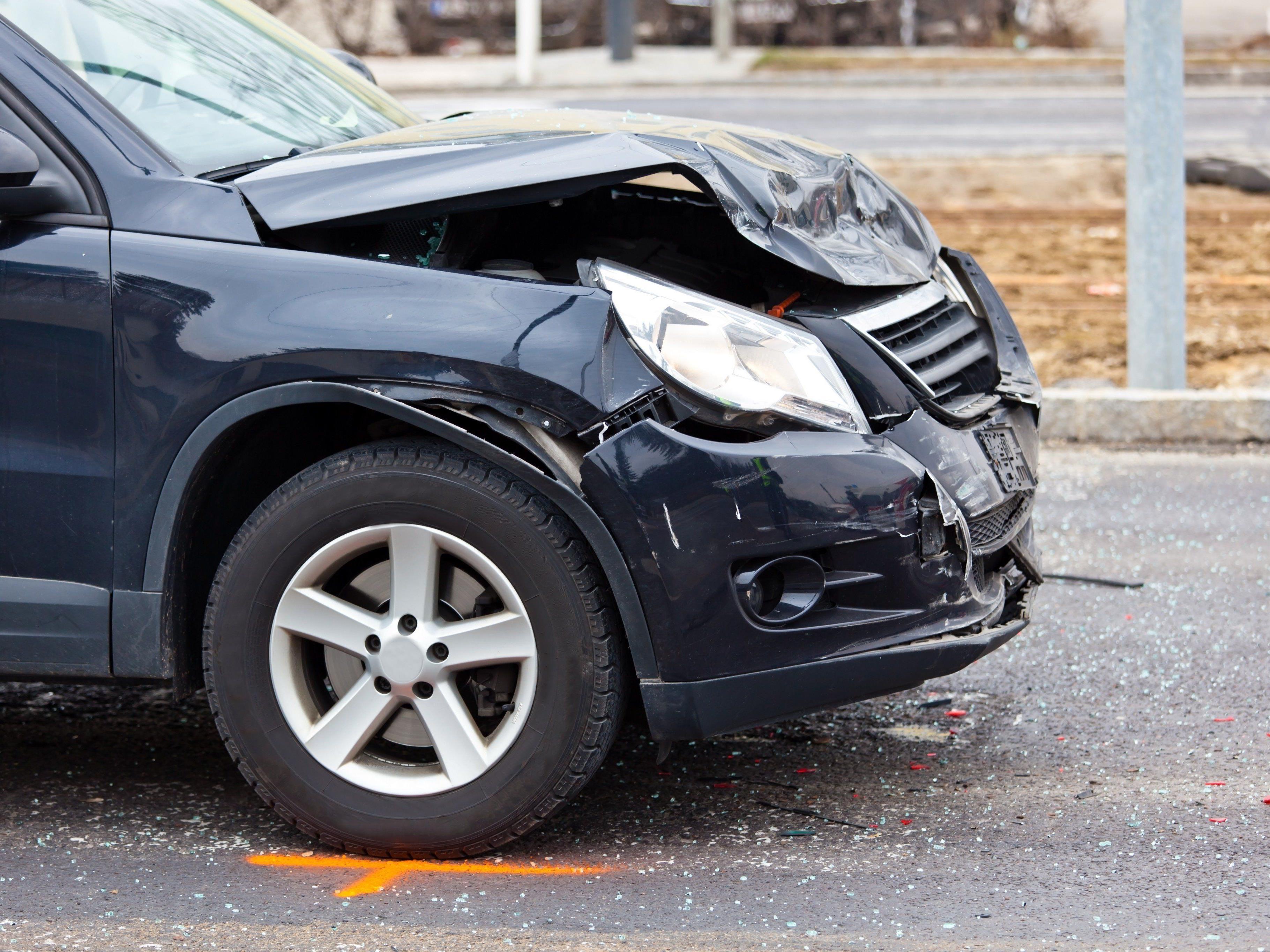 Ein 27-jähriger Mann und sein 3-jähriger Sohn wurden bei einem Autounfall verletzt.