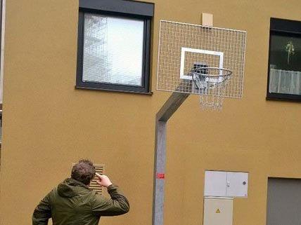 Ein Sportplatz direkt vor der Haustüre bringt nicht nur Vorteile....