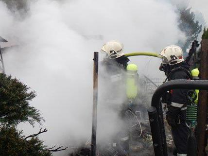 Eine Gartenhütte im 10. Bezirk stand in Flammen.