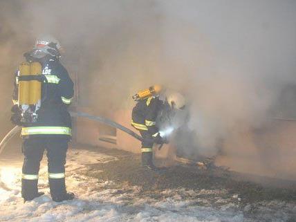 Das Feuer hatte sich auf drei Kellerabteile ausgebreitet.
