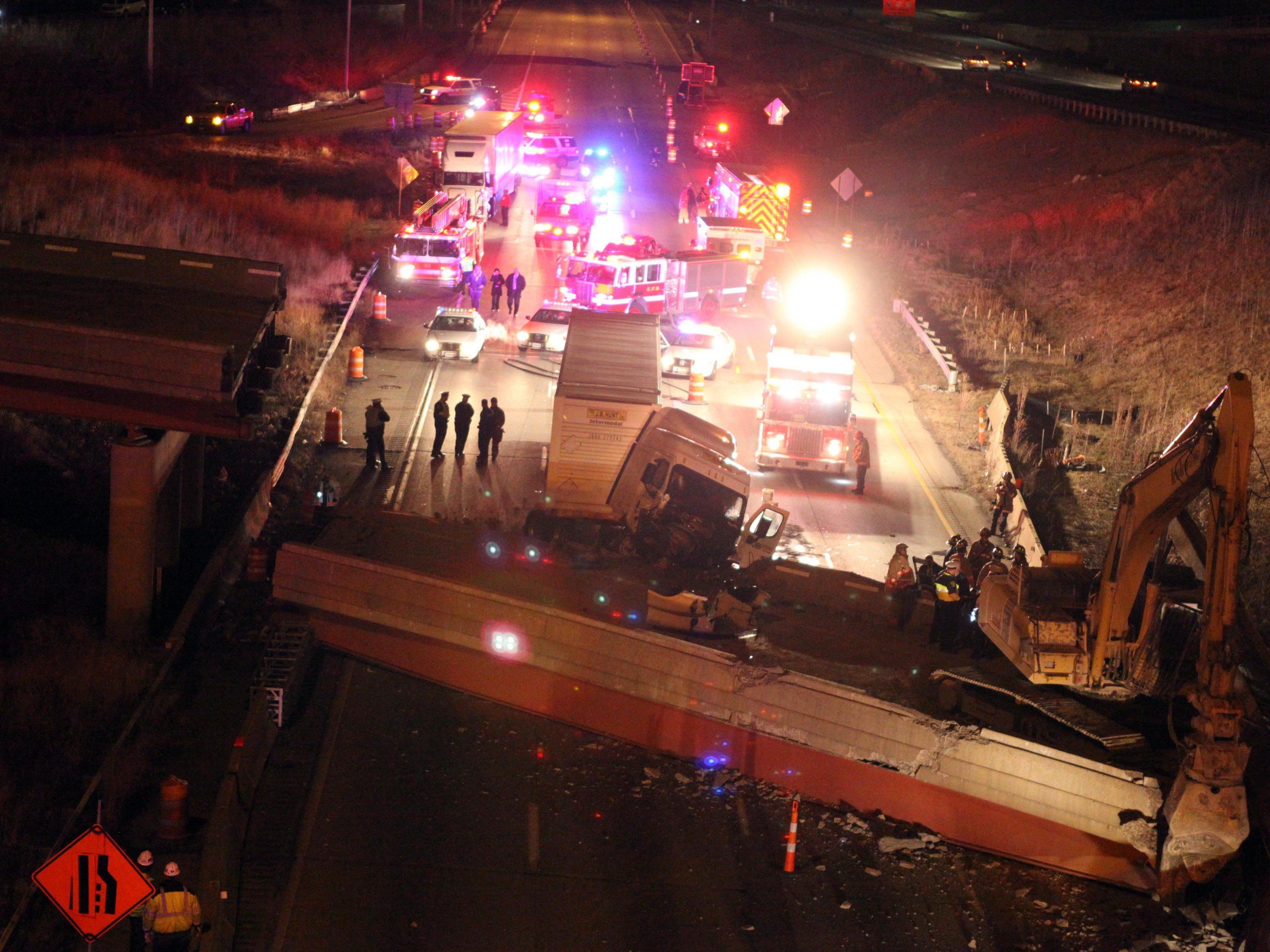 Zum Abriss freigegebene Brücke stürzt in Cincinnati auf Interstate-75.