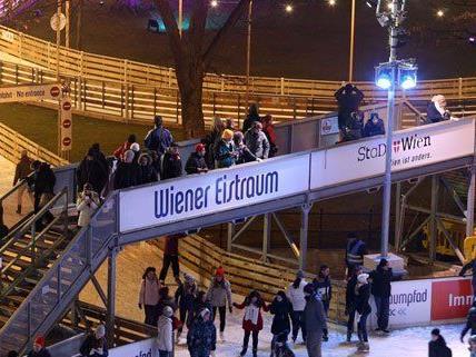 Vom 22.1. bis 8.3. kann man am Wiener Rathausplatz Eislaufen.