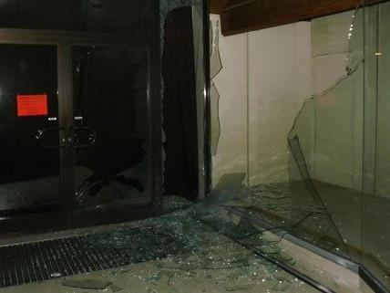 Mit einem Böller wurde diese Scheibe in NÖ gesprengt, berichtet die Polizei.