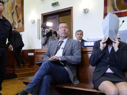 Das angeklagte Paar beim Mordprozess