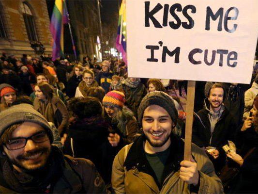Küssen gegen Homophobie - so lautete das Motto bei der Demo am Freitag.