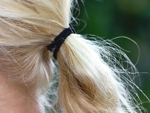 Unbekannter schnitt Siebenjähriger Teil ihrer Haare ab.