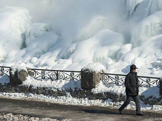 Wassermassen der Niagarafälle teilweise eingefroren