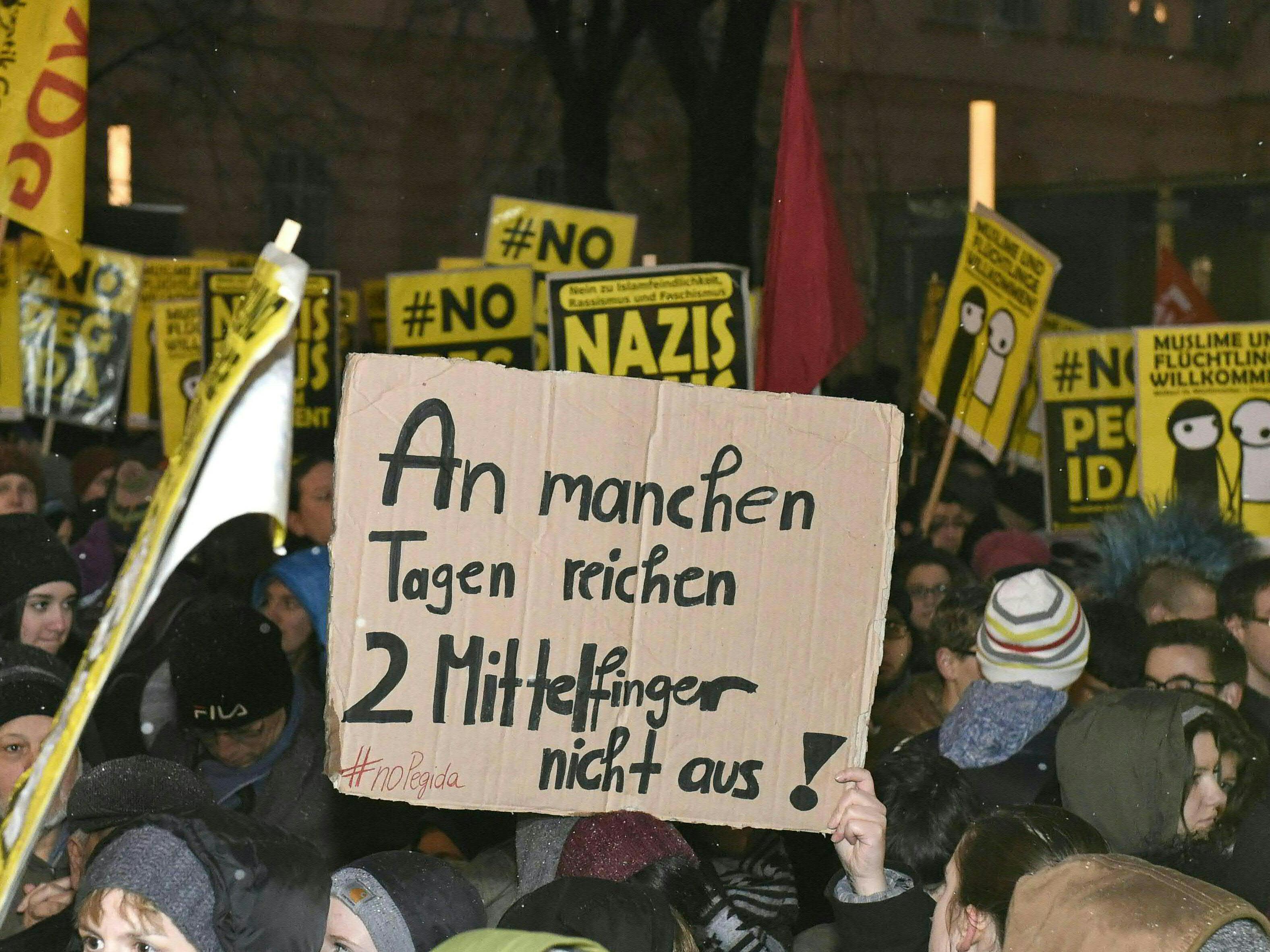 Gegen-Demonstranten verhinderten Marsch der Anti-Islam-Bewegung - 13 Festnahmen, eine Verletzte.