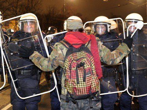 Beim Akademikerball geriet der Demonstrant mit der Polizei aneinander