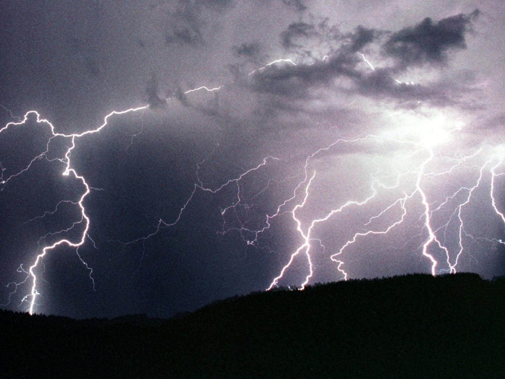 Ein Blitz schlug in die Hütte der siebenköpfigen Familie ein.